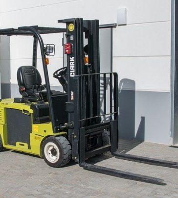 Condução e manobra de equipamentos de carga e descargas